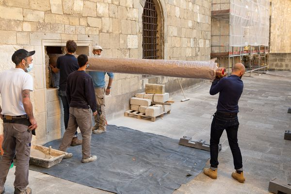 Le mur de la salle des trésors de la cathédrale de Narbonne a été percé le 21 septembre 2021, pour permettre d'en sortir la tapisserie qui doit être restaurée.