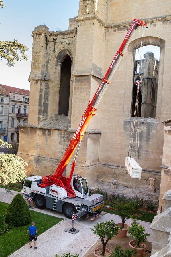 Un camion grue a du être déployé le 21 septembre 2021  pour sortir la tapisserie de la Salle des trésors de la cathédrale de Narbonne