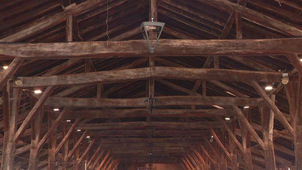 Les Halles de Châtillon-sur-Chalaronne. L'armature de la charpente est en bois de chêne, avec un assemblage fait de tenons et de mortaises.