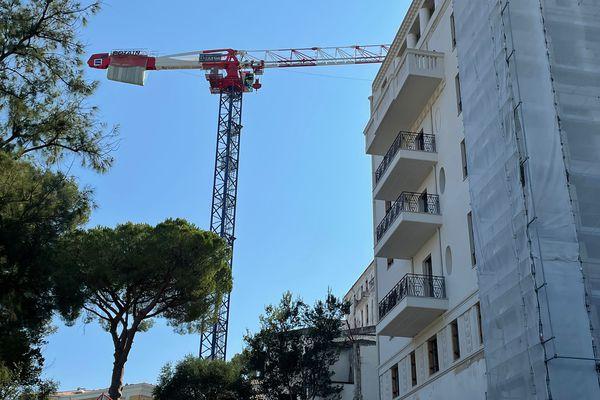 La grue va permettre de rénover la façade du bâtiment historique