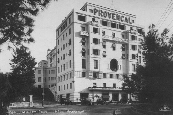Inauguré en 1927, l'Hôtel Provençal a été érigé par le milliardaire américain du chemin de fer Franck Jay Gould. Il est également a l'origine de l'ancien casino de Juan les pins et du Palais de la Méditerranée a Nice.